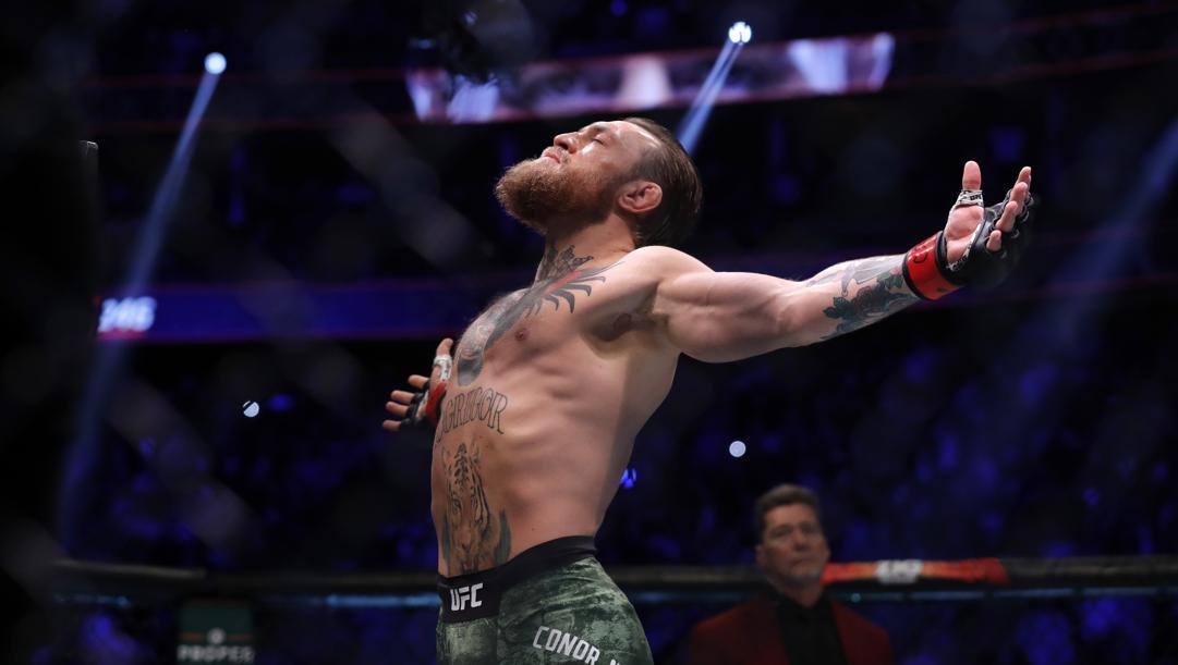 Conor McGregor con le braccia al cielo dopo la vittoria