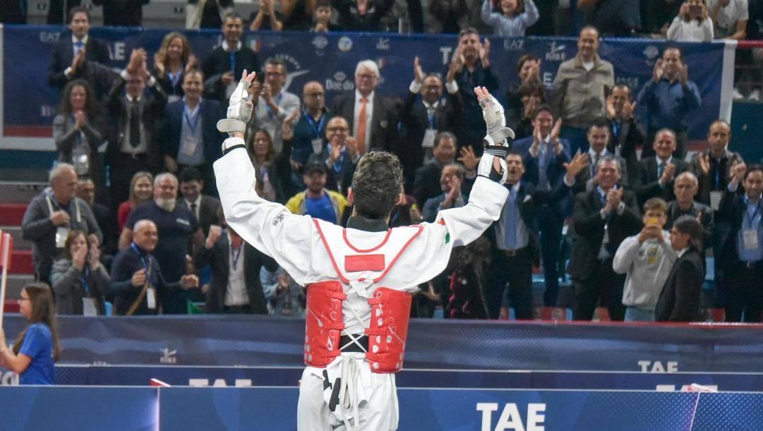Vito Dell'Aquila prende gli applausi del pubblico di Bari dopo la vittoria del titolo europeo