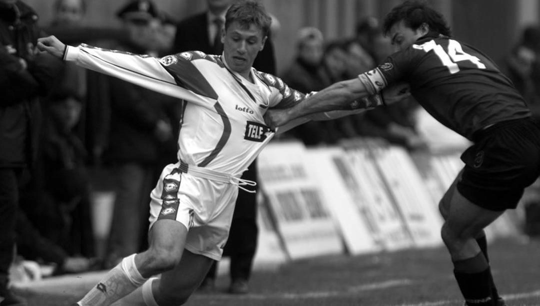 Un giovanissimo Antonio Cassano marcato stretto da Simone Giacchetta in Reggina-Bari del 2000. Liverani
