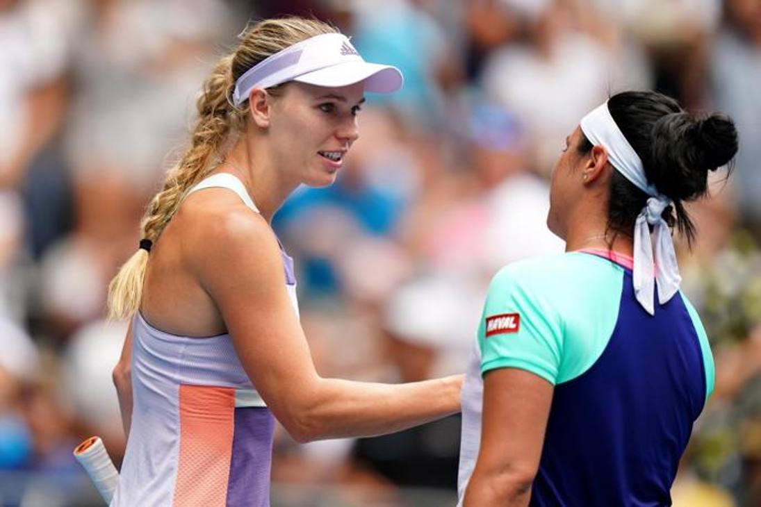 Caroline Wozniacki stringe la mano alla tunisina Jabeur che l'ha appena eliminata dagli Australian Open, è l'ultima gara della tennista danese che dice stop a 29 anni. Standing ovation per il suo saluto al tennis. Epa