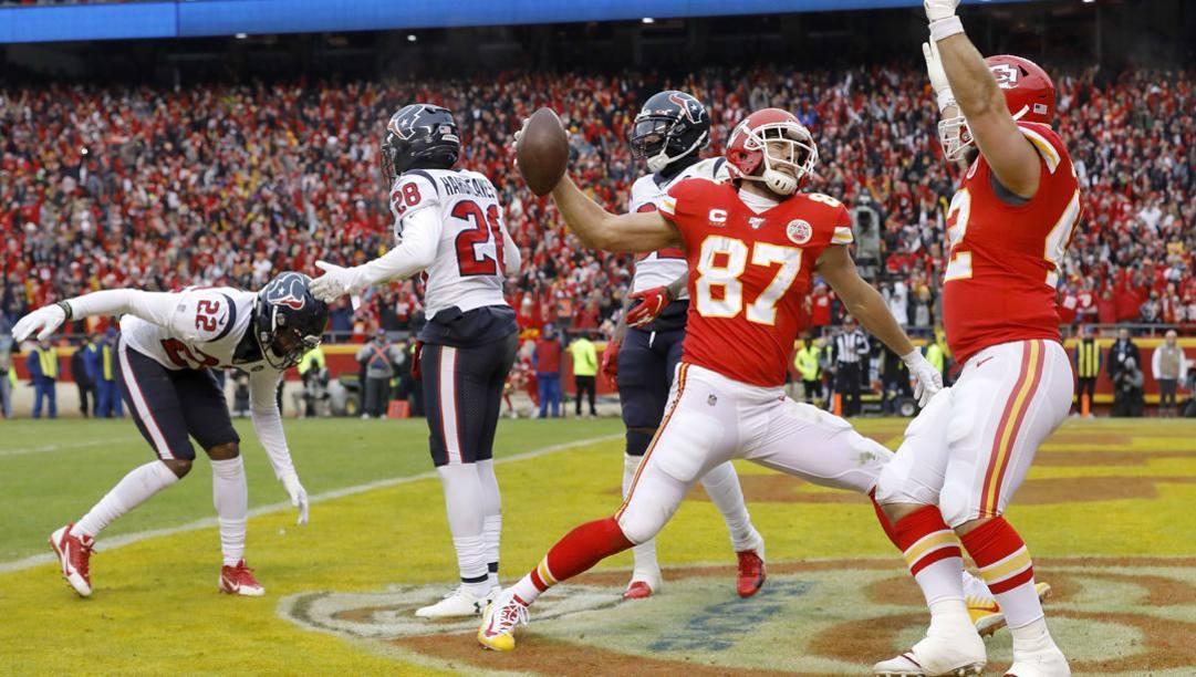 Travis Kelce, 30 anni, festeggia un touchdown nella partita di playoff con Houston. Afp