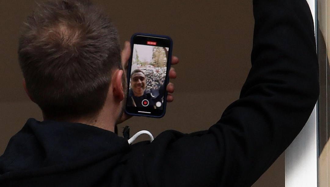 Eriksen e il selfie con i tifosi. Epa
