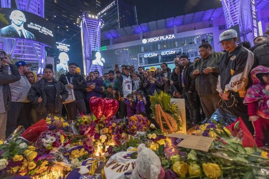 """Il codoglio dei fans nel mondo per la leggenda dei Los Angeles Lakers scomparsa nella serata di ieri. Dal luogo dell'incidente aereo, fino allo Staples Center di Los Angeles, passando per il campo da basket """"House of Kobe"""" in Valenzuela nelle Filippine: l'omaggio a Kobe Bryant tra lacrime, incredulità e preghiere."""