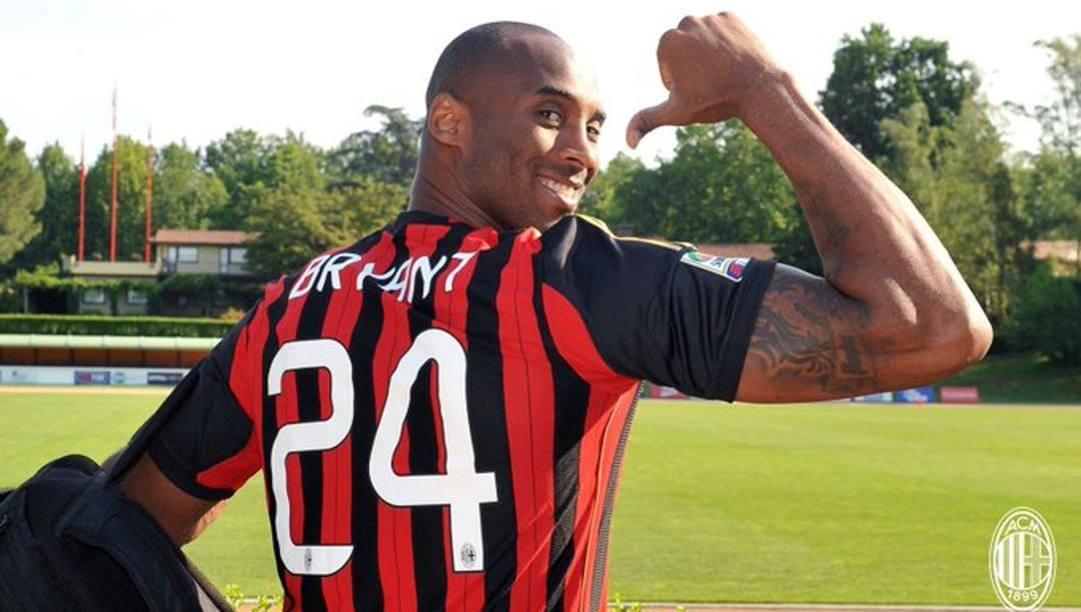 Kobe Bryant con la maglia n.24 regalatagli dal Milan nella sua visita a Milanello nel 2013