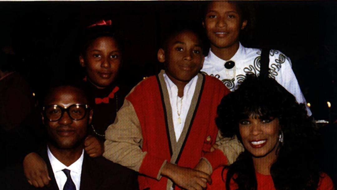Kobe ragazzino insieme ai genitori Joe e Pam e le sorelle