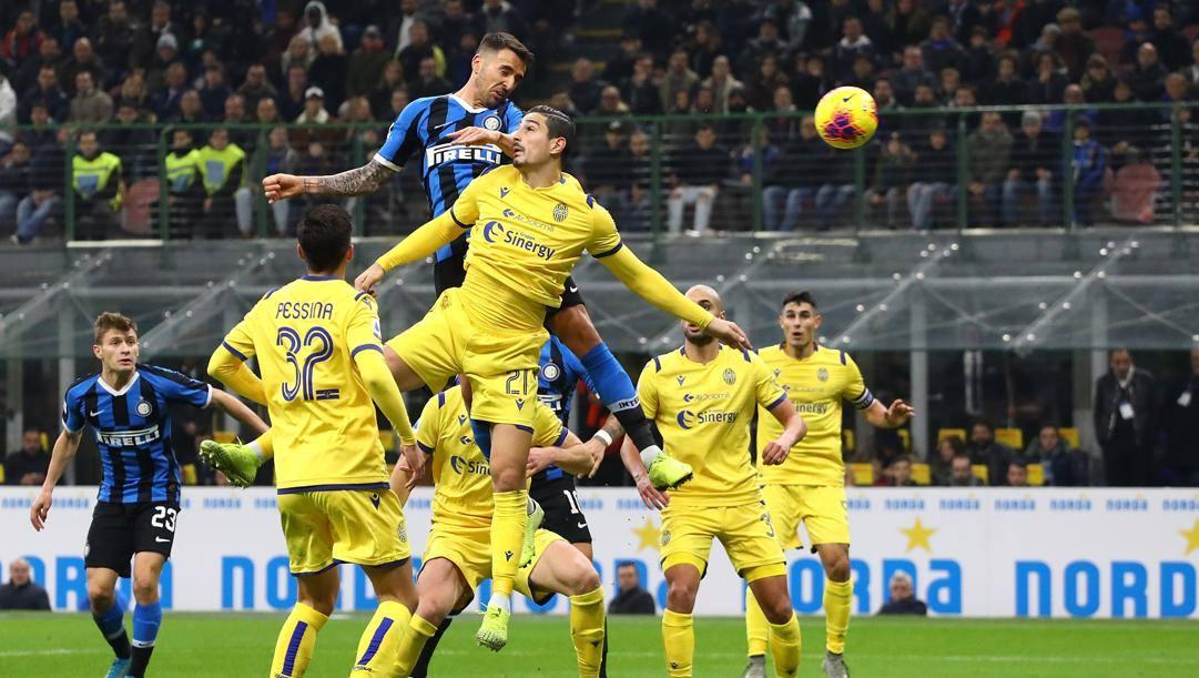 9 novembre 2019: Vecino svetta sui difensori del Verona: un altro risultato negativo dell'Hellas a San Siro. Getty