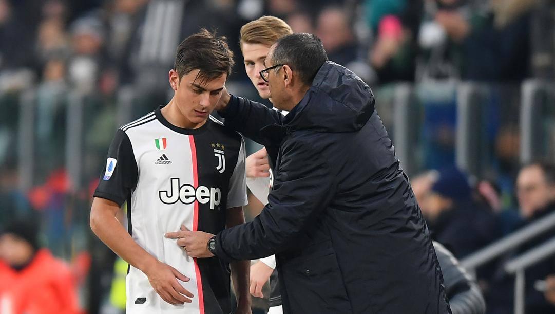 Paulo Dybala, 26 anni, e Maurizio Sarri, 61 al momento di un cambio LAPRESSE