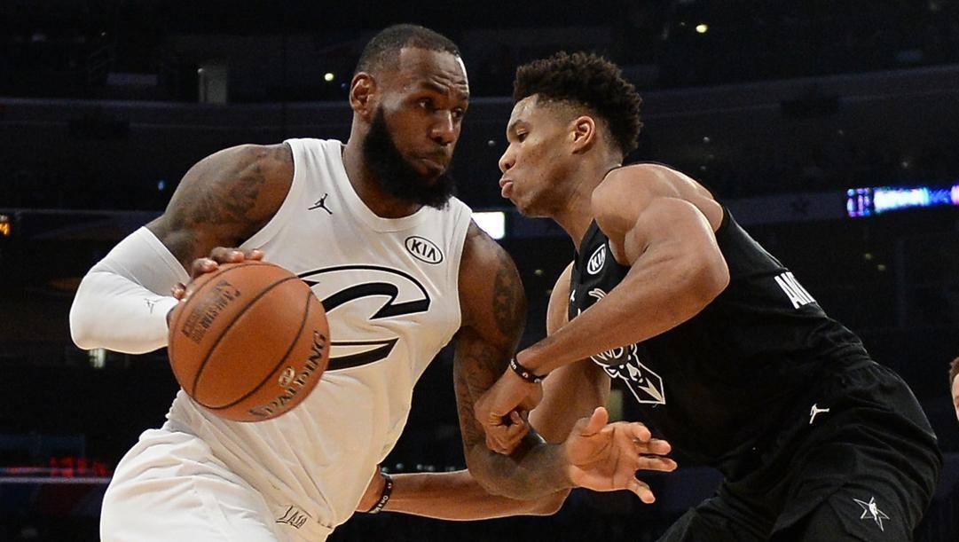 LaBron James e Giannis Antetokounmpo nell'All Star Game 2018. Afp