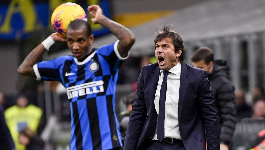 Ashley Young e Antonio Conte. LaPresse