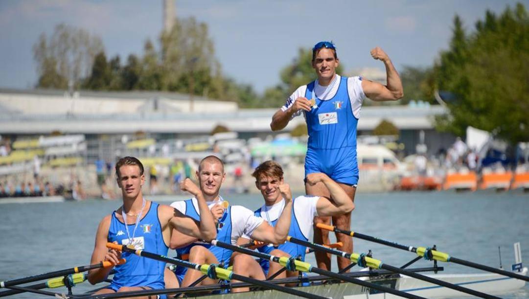 Filippo Mondelli (in piedi) con i compagni del 4 di coppia