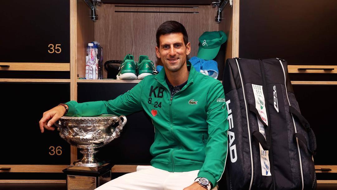 Novak Djokovic posa col trofeo degli Australian Open.