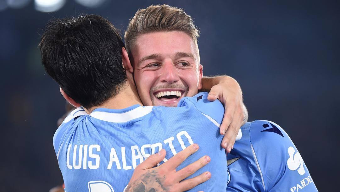 Luis Alberto abbraccia Sergej Milinkovic-Savic. Afp