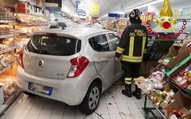 Sbaglia marcia e con la sua auto finisce nel reparto frutta di un supermercato