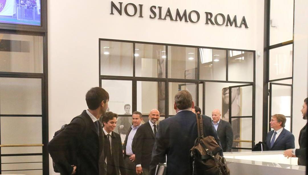 I legali all'ingresso della sede della Roma all'Eur. Mancini