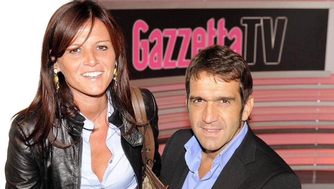 Franco Ballerini con la moglie Sabrina Ricasoli nel 2008 durante una visita in Gazzetta. Bozzani