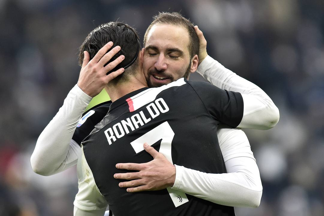 Abbraccio tra Higuain e Ronaldo. Getty