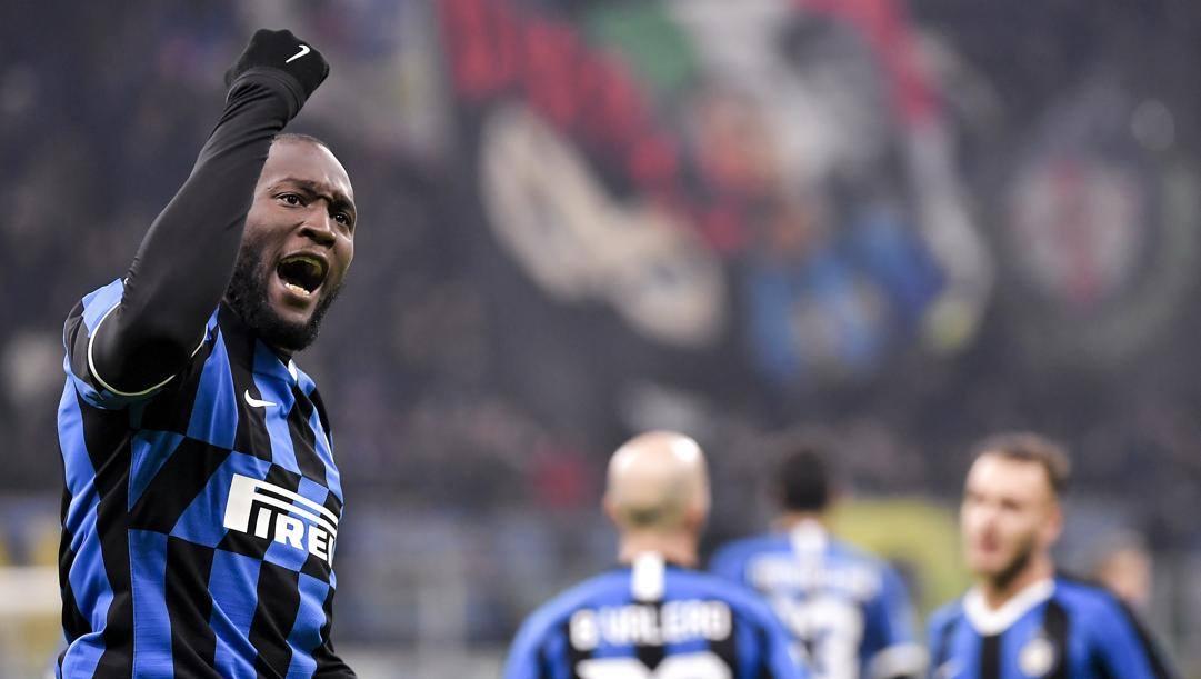 Il debuttante in gol. Lukaku esulta dopo aver segnato in Inter-Cagliari 4-1, quarti di Coppa Italia