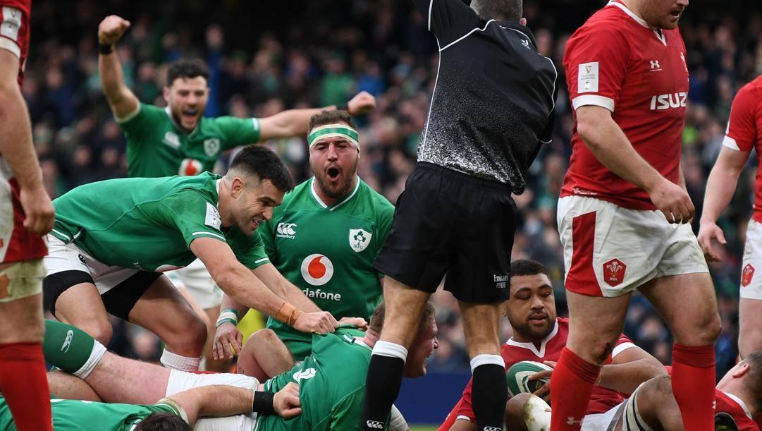 Tadhg Furlong segna la sua seconda meta per l'Irlanda. Afp
