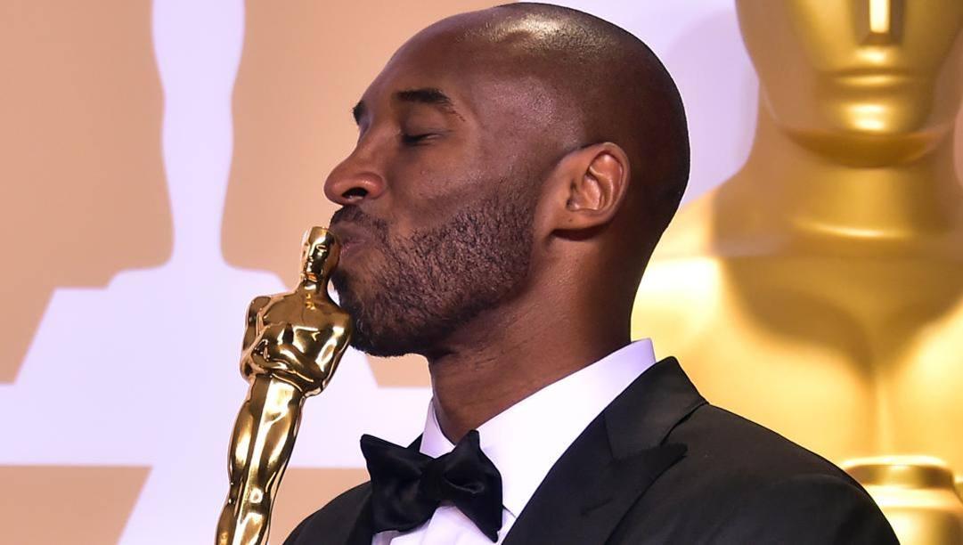 Kobe Bryant riceve l'Oscar per il corto Dear basketball.