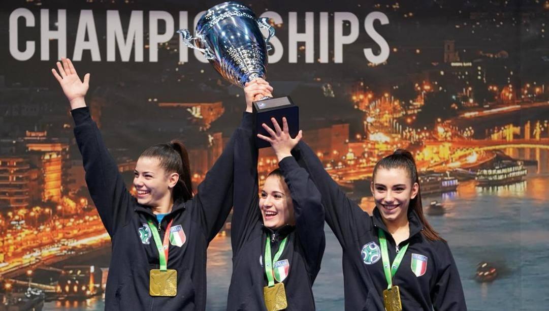 Il team di kata composto da D'Onofrio, Rizzo e Roversi festeggiano il titolo europeo