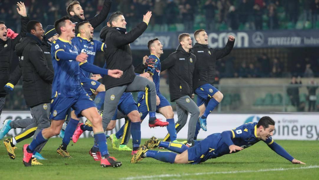 L'esultanza dei giocatori del Verona dopo la vittoria con la Juve.