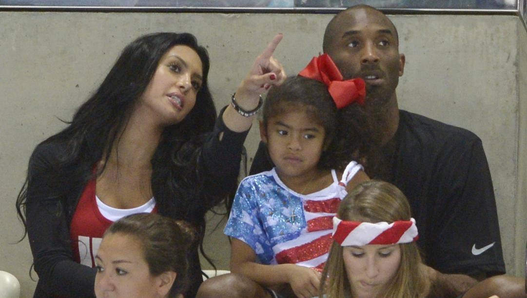 Una foto del 2012 con Vanessa Bryant, Kobe e la figlia Gianna. Ap