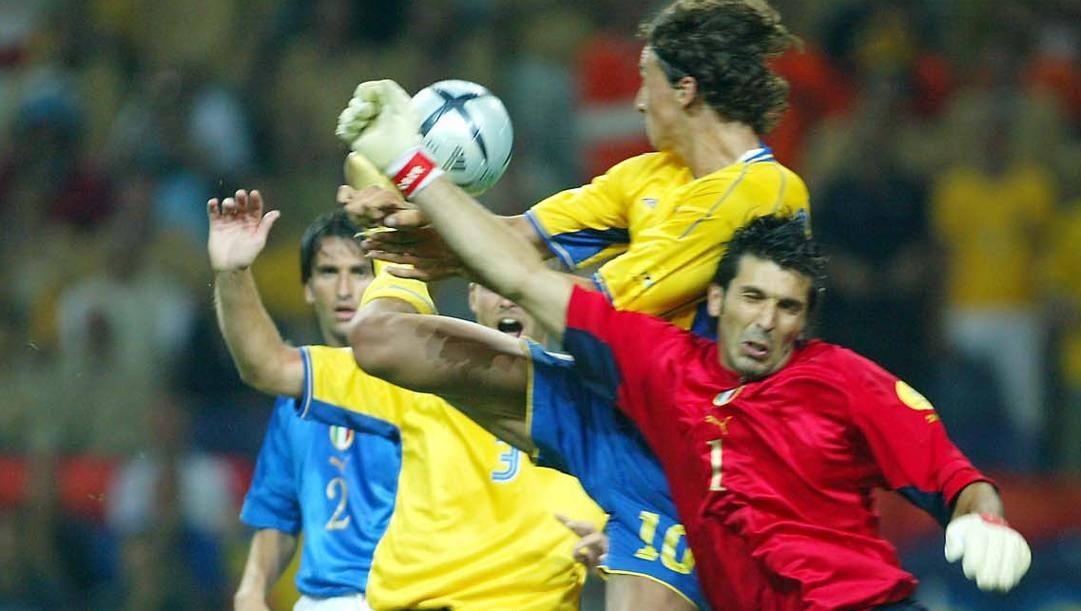 Zlatan Ibrahimovic contro Gigi Buffon. Lapresse