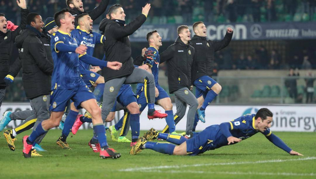 I giocatori del Verona festeggiano la vittoria con la Juve. (Epa)