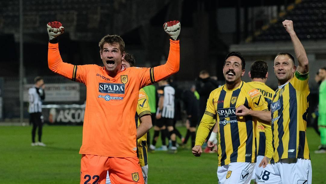 Ivan Provedel esulta dopo il gol all'Ascoli. Lapresse