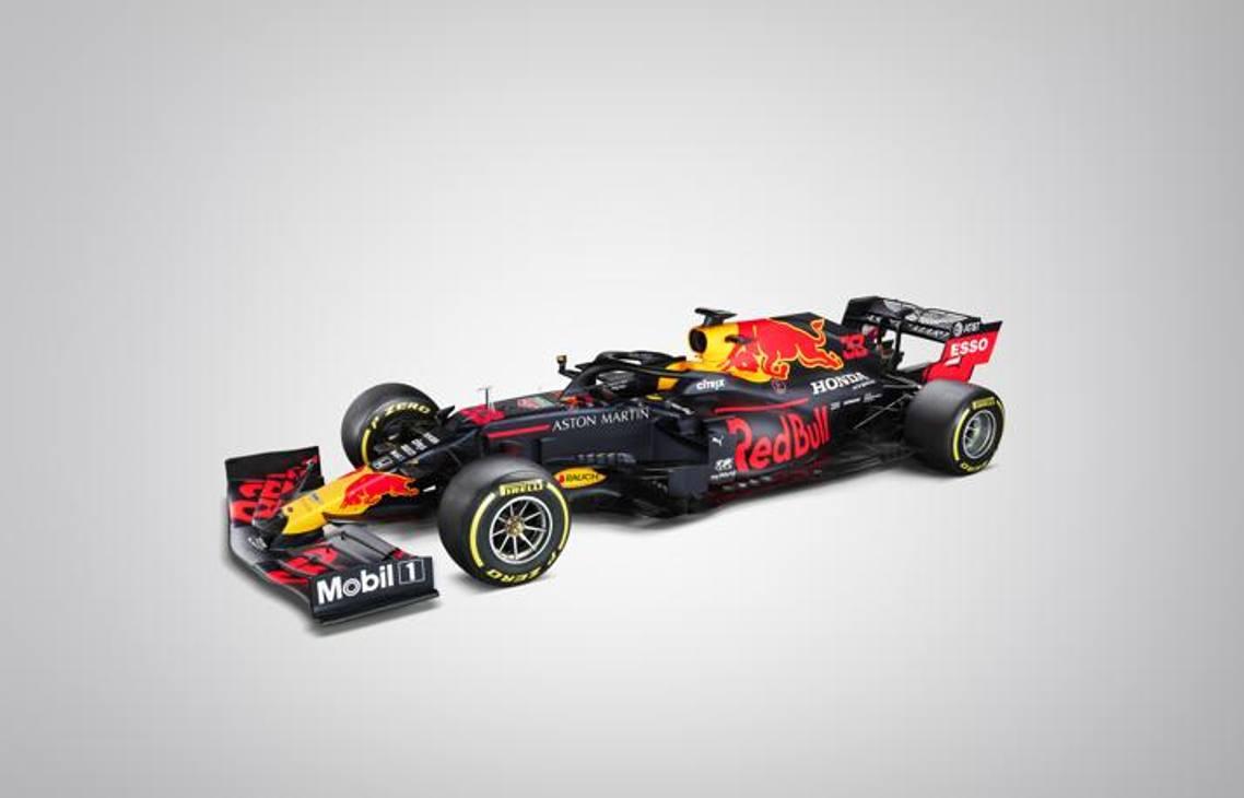 Ecco la nuova Red Bull: si chiama RB16 la grande rivale della Ferrari insieme alla Mercedes. Il team di Milton Keynes ha svelato le prime immagini. Poi Max Verstappen l'ha portata subito in pista a Silverstone