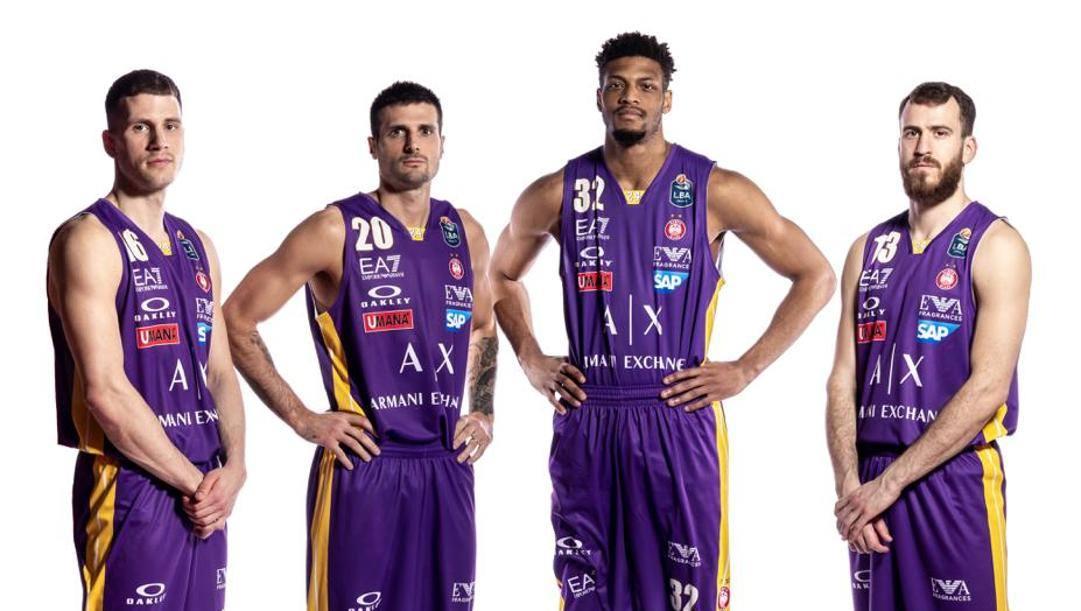 Nedovic, Cinciarini, Brooks e Rodriguez con la maglia gialloviola dell'Olimpia per Kobe