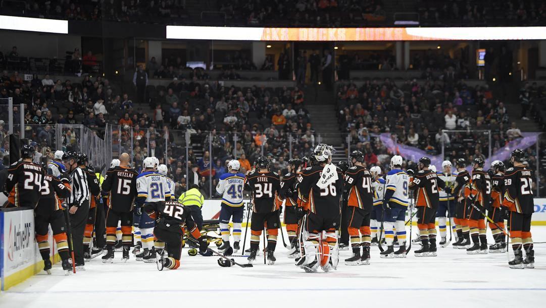 I giocatori di St. Louis e Anaheim in campo durante i soccorsi