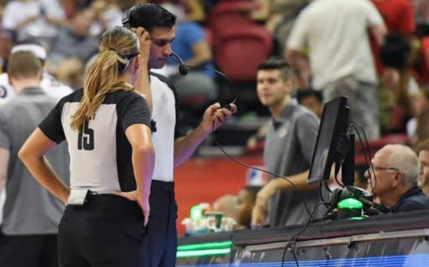 Due arbitri Nba alle prese con l'Instant Replay. Afp