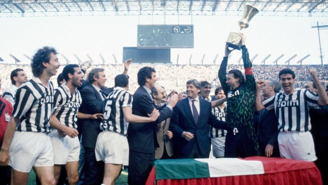 Stefano Tacconi alza la Coppa Italia '90 conquistata dalla Juve a San Siro con gol di Galia