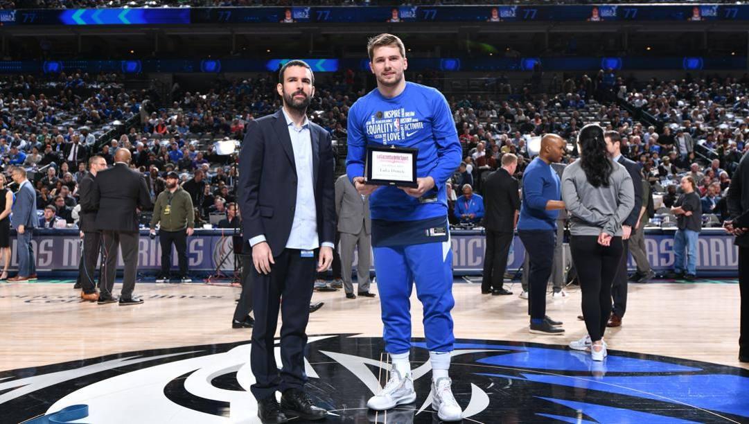 Luka Doncic con il premio Europlayer Gazzetta 2019 consegnatogli dal nostro Davide Chinellato. Afp