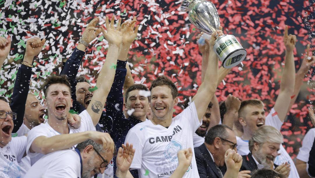 Travis Diener con la Coppa Italia vinta nel 2019 con Cremona. Ciamillo