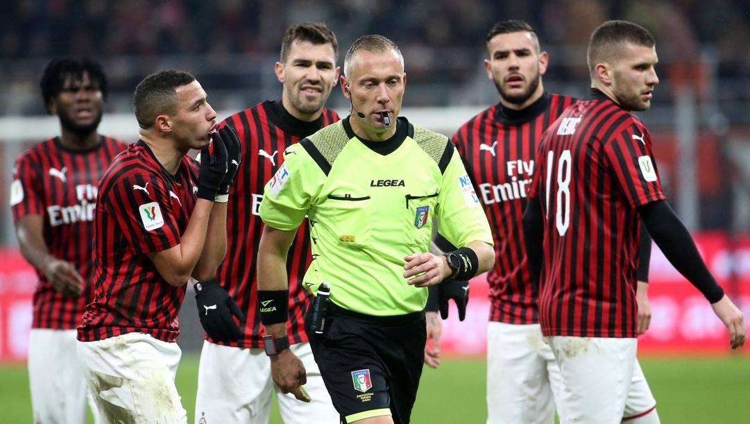 I giocatori del Milan protestano con l'arbitro Valeri. Ansa