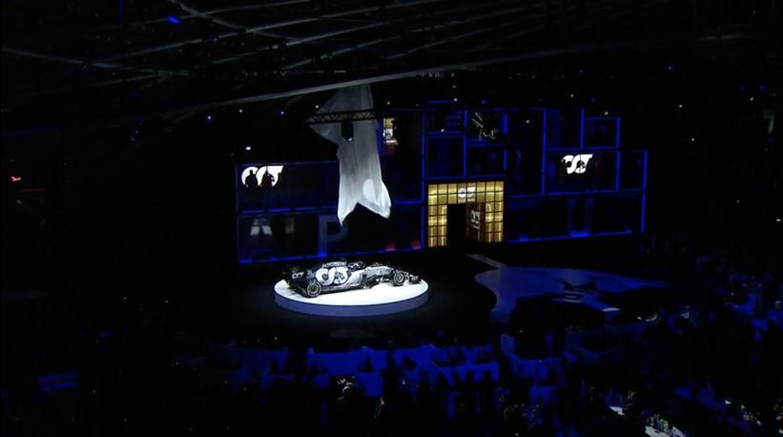 All'Hangar 7 di Salisburgo, trasformato in palco/sfilata di moda, ecco la nuova vettura di Gasly e Kvyat. Il team principal Tost: 'Vogliamo arrivare tra i primi 5