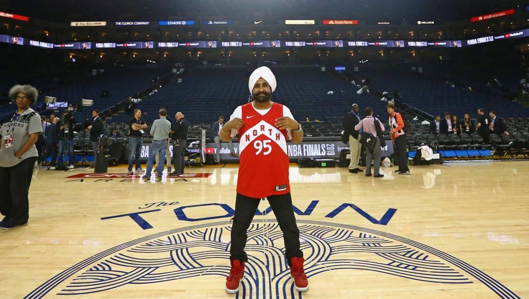 Nav Bhatia, 68 anni, supertifoso indiano dei Raptors. Afp