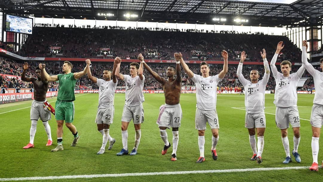 I giocatori del Bayern salutano i tifosi dopo il successo a Colonia. Ap