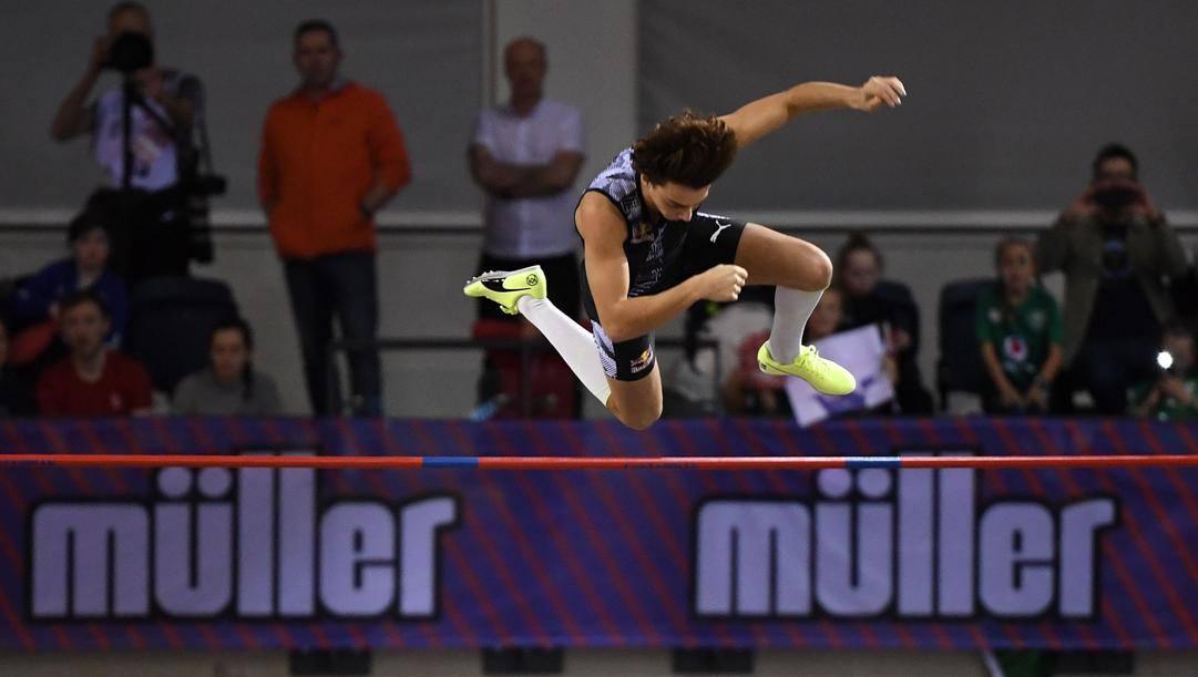 Armand Duplantis , 20 anni, a Glasgow migliora il suo primato mondial e lo porta a 6.18 metri. (Afp)