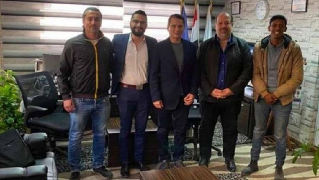 Ezzeldin Badaher, 75 anni, al centro, coi dirigenti del Giza