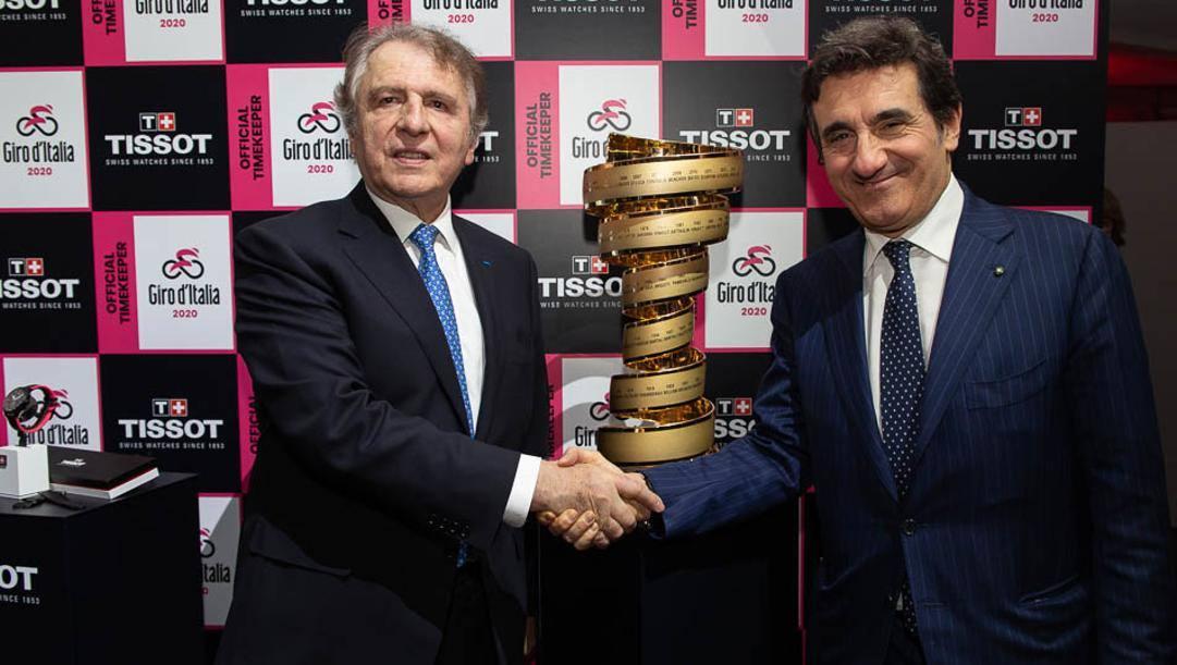 Francois Thiébaud, Presidente di Tissot e Urbano Cairo, Presidente di RCS MediaGroup con il Trofeo Senza Fine del Giro d'Italia