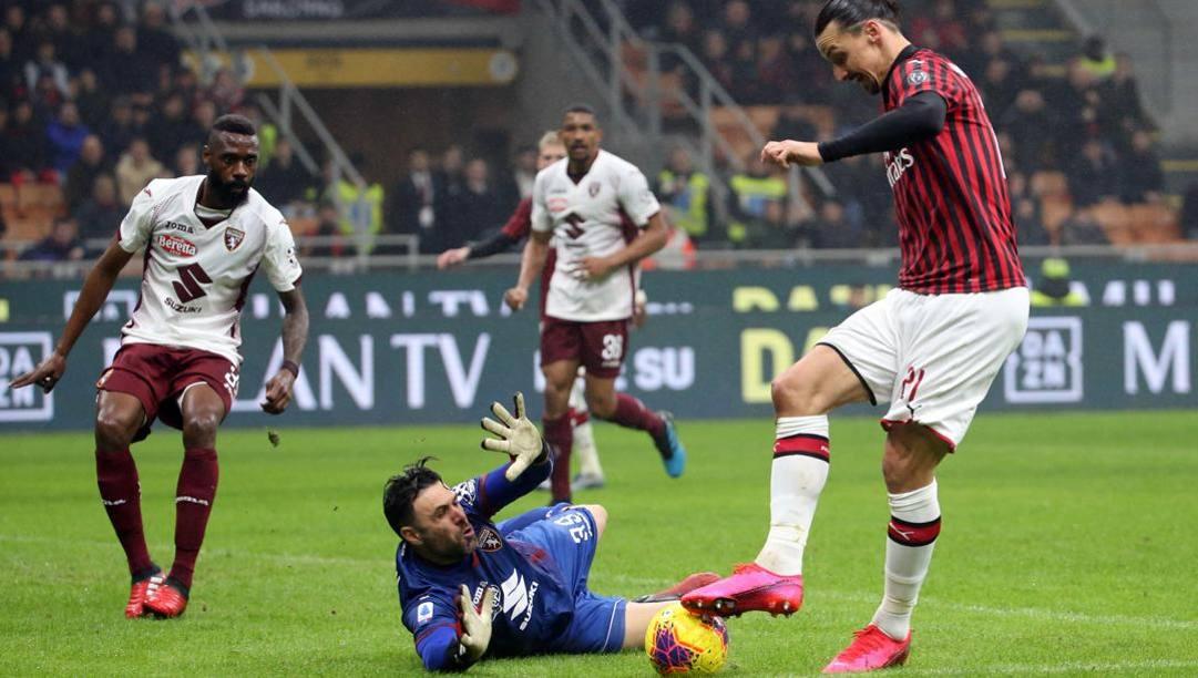 Zlatan Ibrahimovic cerca di dribblare Salvatore Sirigu in uscita. Ansa