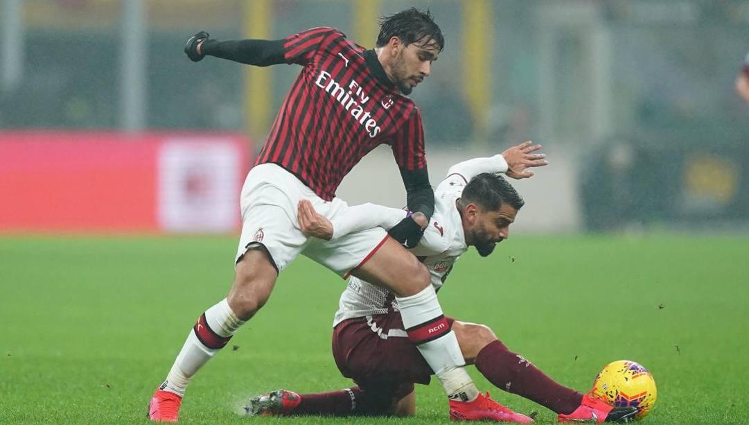 Lucas Paquetà, 22 anni, centrocampista brasiliano del Milan, in azione con il granata Tomas Rincon, 32. LaPresse