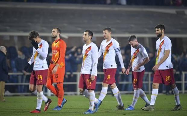 I giocatori della Roma dopo il k.o. di Bergamo. LaPresse