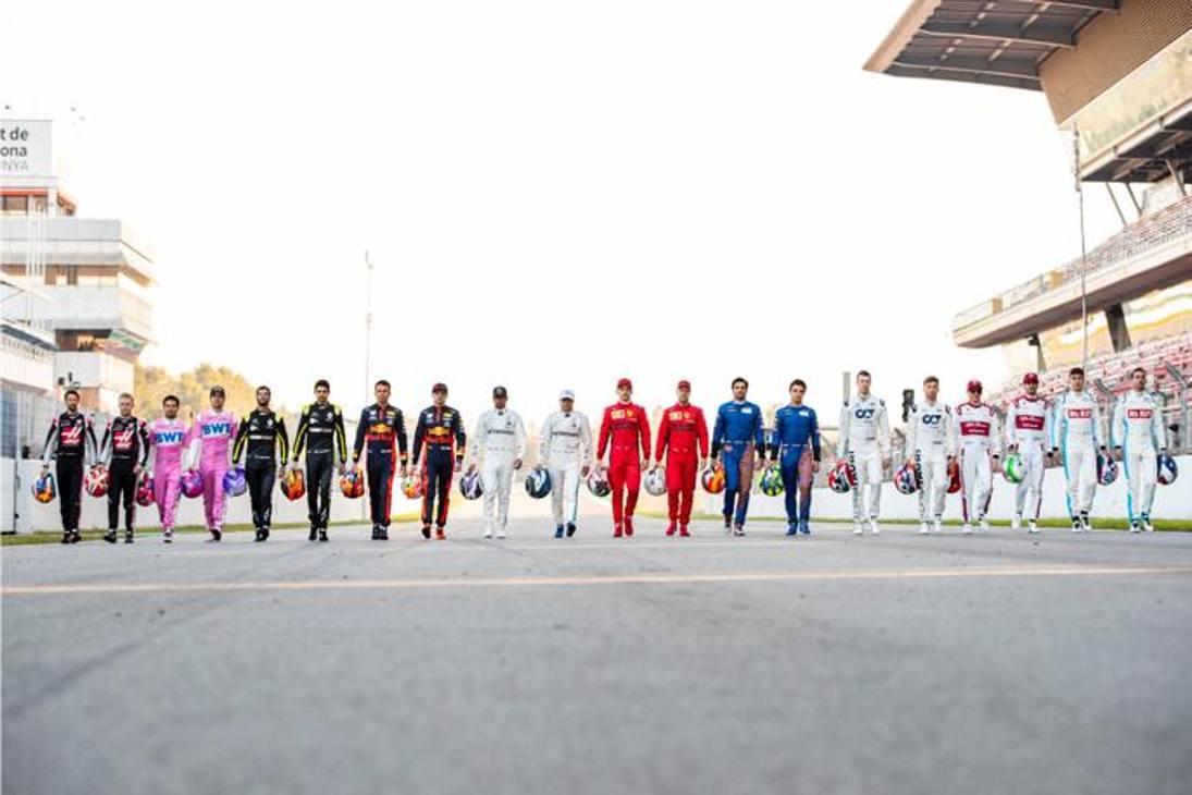Prima dell'inizio della sessione foto di gruppo per i 20 piloti del Mondiale. f1.com