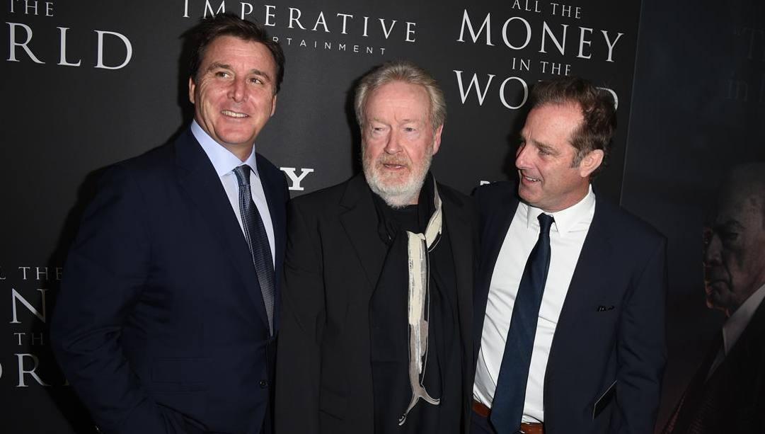 Dan Friedkin (a sinistra) con il regista Ridley Scott e il produttore braldey Thomas. Afp