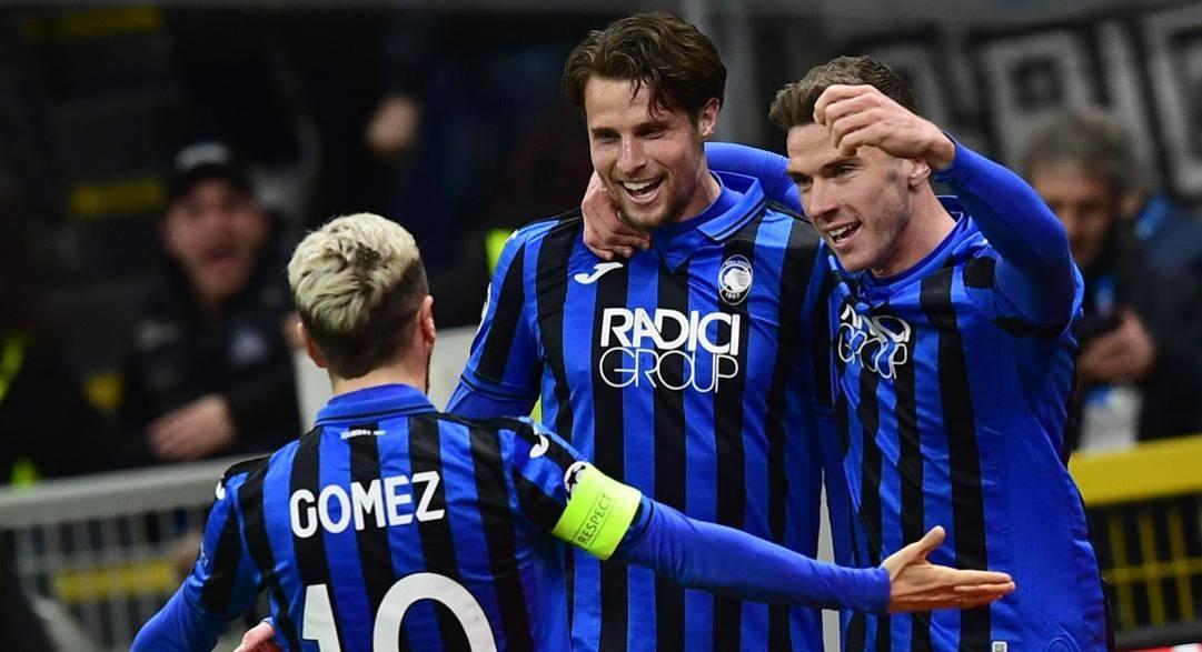 Gomez esulta con Hateboer e Freuler. Afp