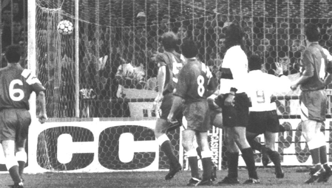 Una delle due reti del Genoa nei quarti di Coppa Uefa '92 col Liverpool. Ap